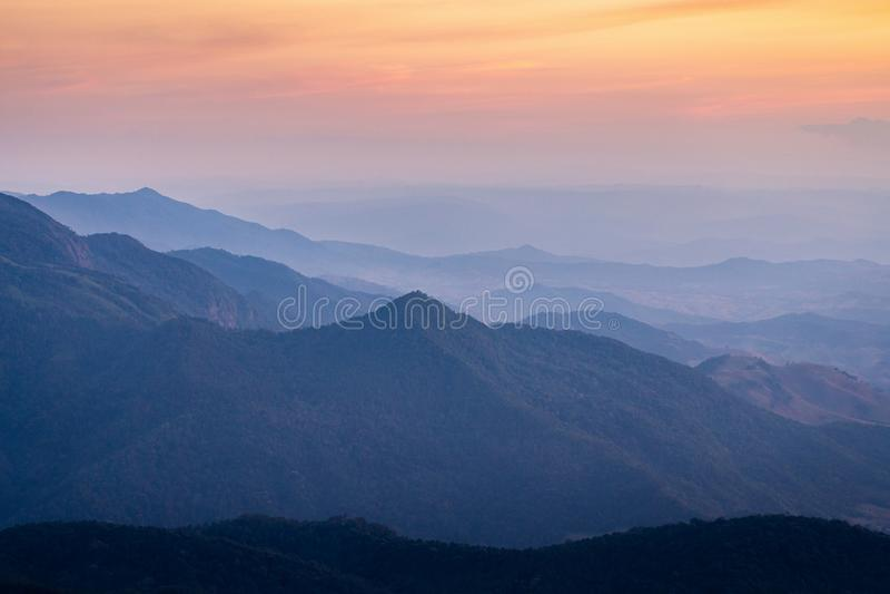 Вид с воздуха на туманных горах в Таиланде стоковое изображение