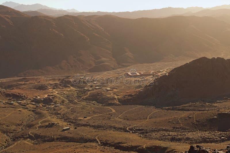 Вид с воздуха небольшой деревни в долине между высокими горами Взгляд от держателя Horeb горы Синай, Gabal Musa стоковая фотография rf