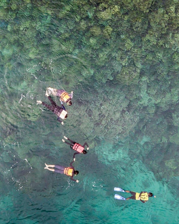 Вид с воздуха неопознанных туристов наслаждается и ослабляется на whit стоковая фотография rf
