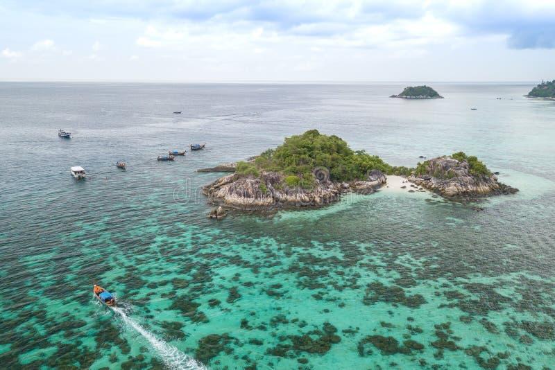 Вид с воздуха неопознанных туристов наслаждается и ослабляется на whit стоковая фотография