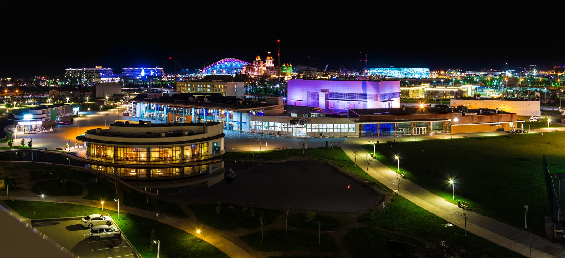 Вид с воздуха ночи района города Adlersky, Сочи, России стоковая фотография