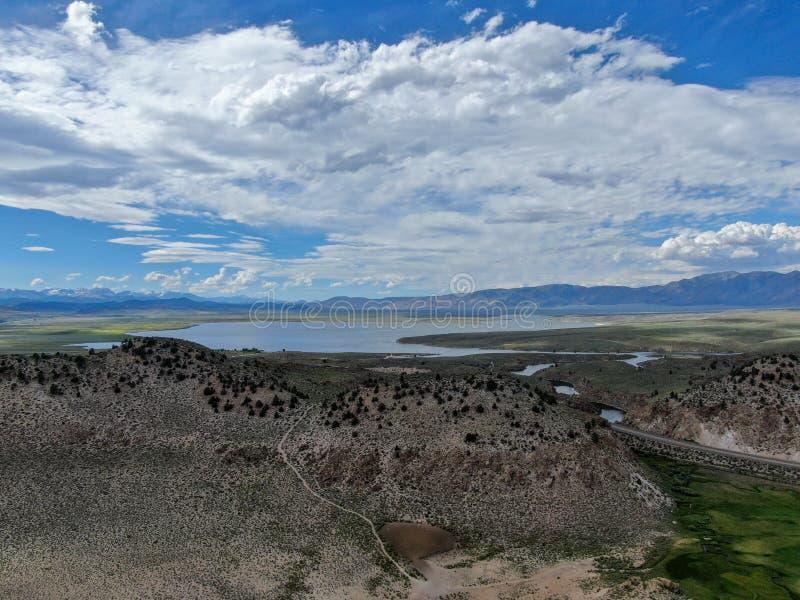 Вид с воздуха озера Crowley над горой стоковая фотография rf