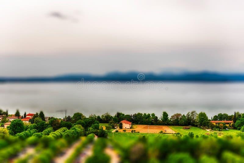 Вид с воздуха озера Garda, Италии влияние Наклон-переноса прикладное стоковые изображения