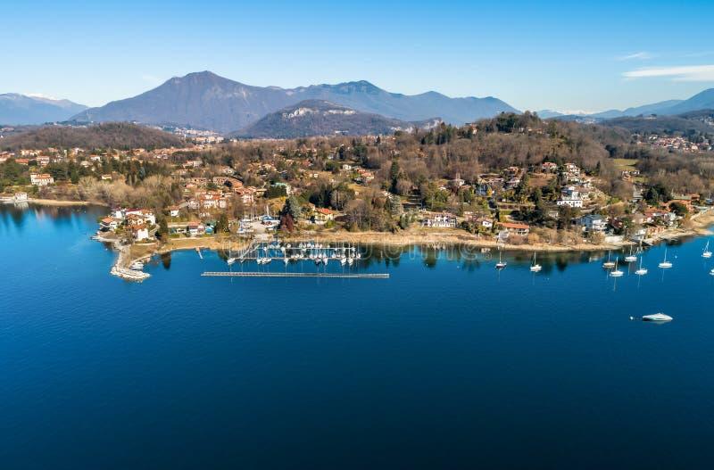 Вид с воздуха озера Maggiore с взглядом, который нужно затаить Sasso Moro, Варезе, Италии стоковые изображения rf