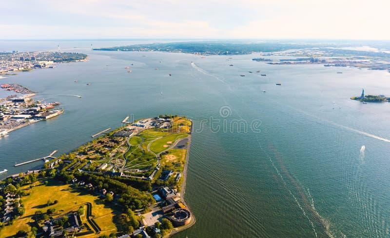 Вид с воздуха острова губернаторов, NY с статуей свободы на заднем плане стоковые изображения