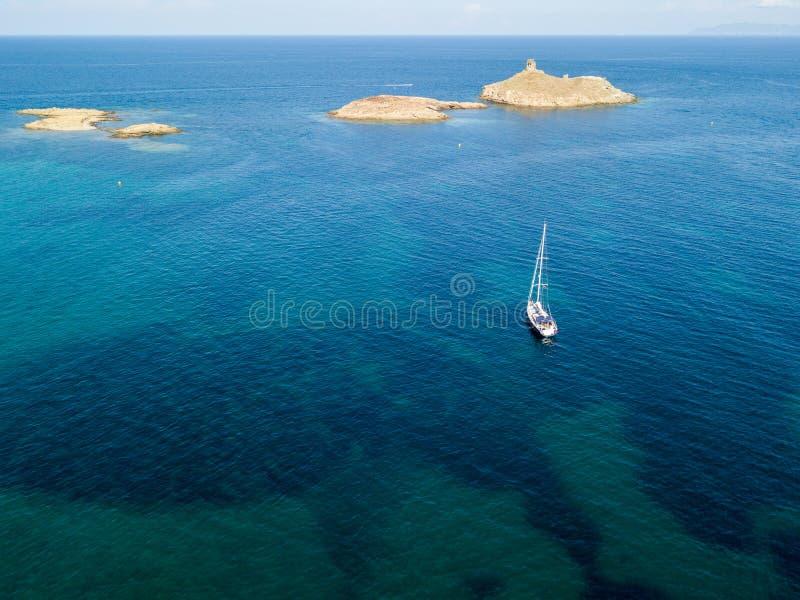 Вид с воздуха островов Finocchiarola, Mezzana, терра, полуострова крышки Corse, Корсики, Франции Tyrrhenian море парусники стоковое фото rf