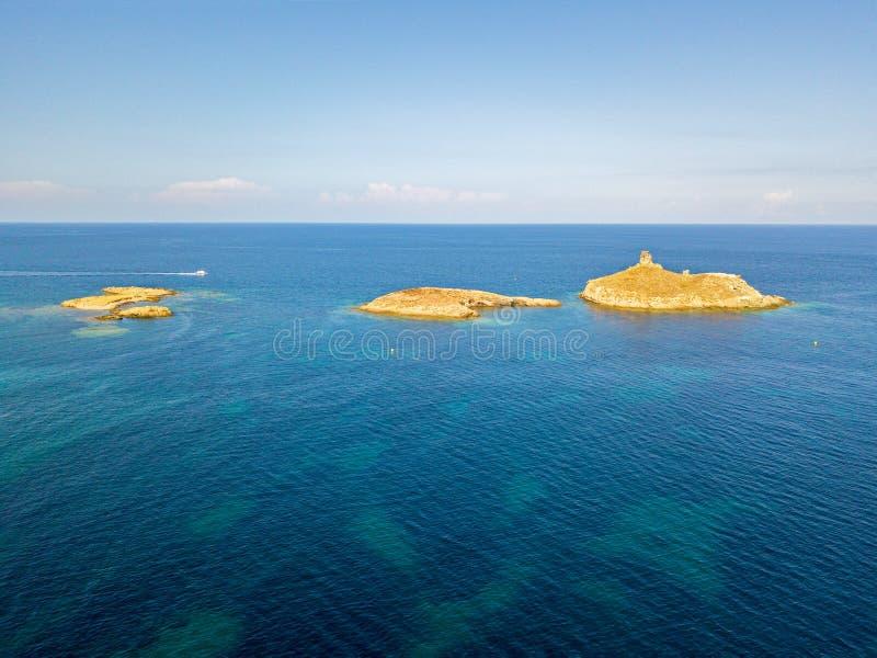 Вид с воздуха островов Finocchiarola, Mezzana, терра, полуострова крышки Corse, Корсики, Франции Tyrrhenian море парусники стоковое изображение rf