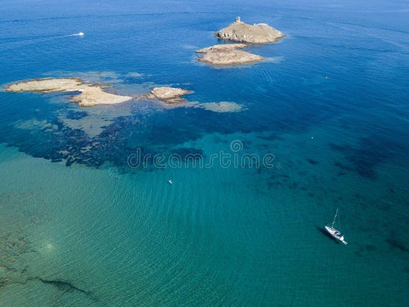 Вид с воздуха островов Finocchiarola, Mezzana, терра, полуострова крышки Corse, Корсики, Франции Tyrrhenian море парусники стоковые фотографии rf