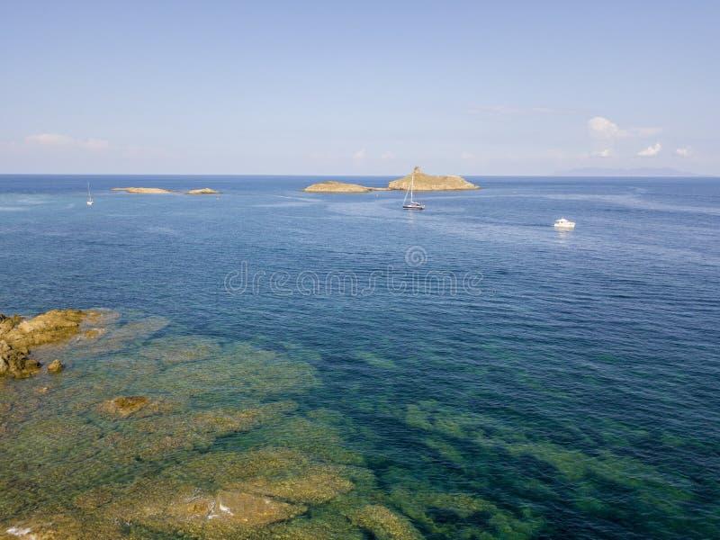 Вид с воздуха островов Finocchiarola, Mezzana, терра, полуострова крышки Corse, Корсики, Франции Tyrrhenian море парусники стоковая фотография