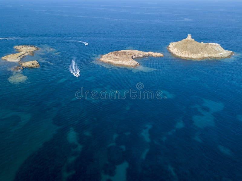 Вид с воздуха островов Finocchiarola, Mezzana, терра, полуострова крышки Corse, Корсики, Франции Tyrrhenian море парусники стоковое фото