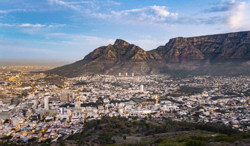 Вид с воздуха от горы таблицы к Кейптауну стоковая фотография