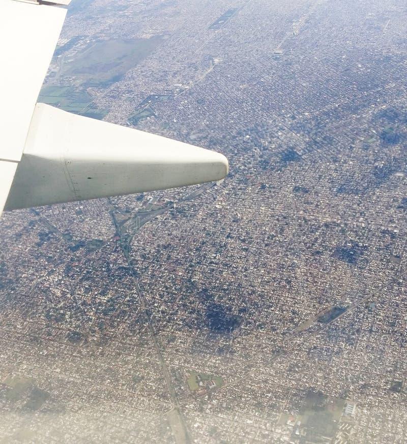 Вид с воздуха от плана стоковые фото