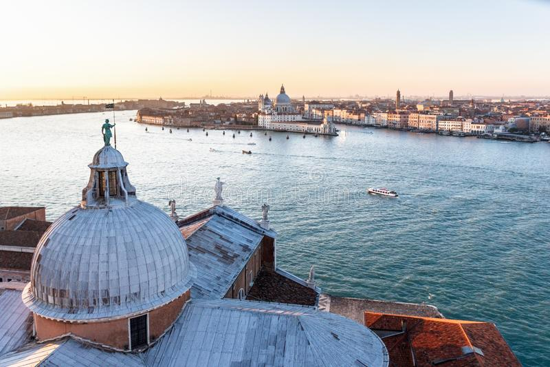 Вид с воздуха от Сан Giorgio Maggiore над грандиозным каналом с шлюпками к церков салюта della Santa Maria стоковая фотография