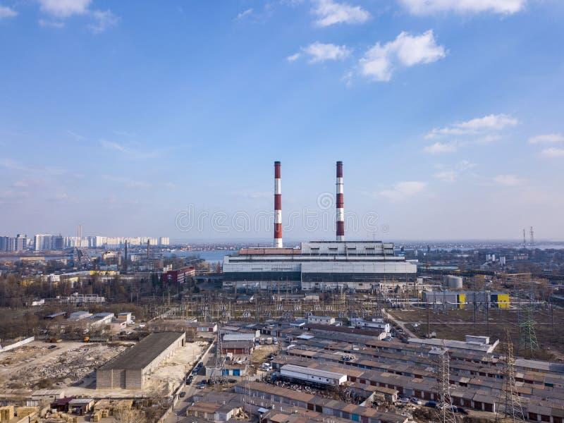 Вид с воздуха от трутня промышленной зоны в городе Киеве, Украине с компанией электроэнергетики на предпосылке сини стоковое фото