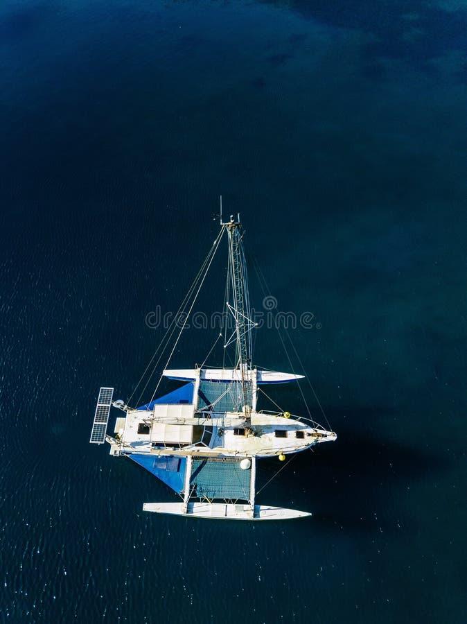 Вид с воздуха от трутня яхты в темносинем море стоковое изображение