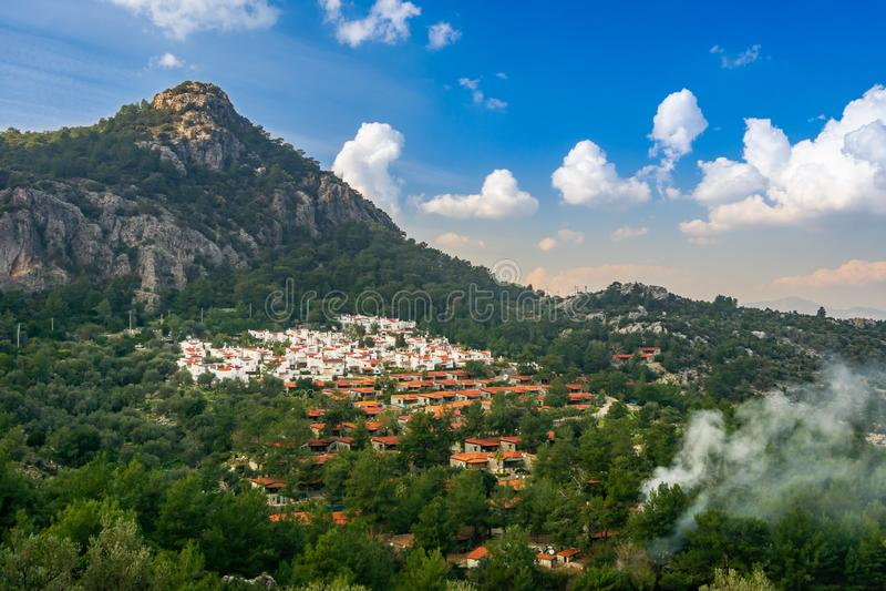Вид с воздуха от Marmaris, Kumlubuk, Турции Гора, курорты и облачное небо Концепция лета, туризма и праздника стоковое фото rf