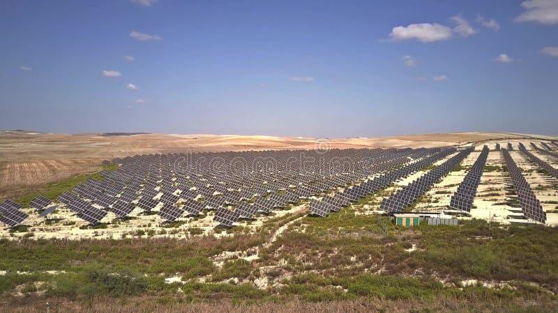 Вид с воздуха панелей солнечных батарей поглощая солнечный свет для того чтобы произвести электричество стоковое фото