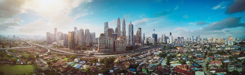 Вид с воздуха панорамы в середине горизонта городского пейзажа Куалаа-Лумпур стоковое фото