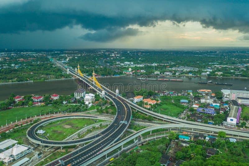 Вид с воздуха панорамы горизонта Бангкока и моста Chesadabodindranusorn в столице Современный кондоминиум зданий на Chao Phraya стоковая фотография rf