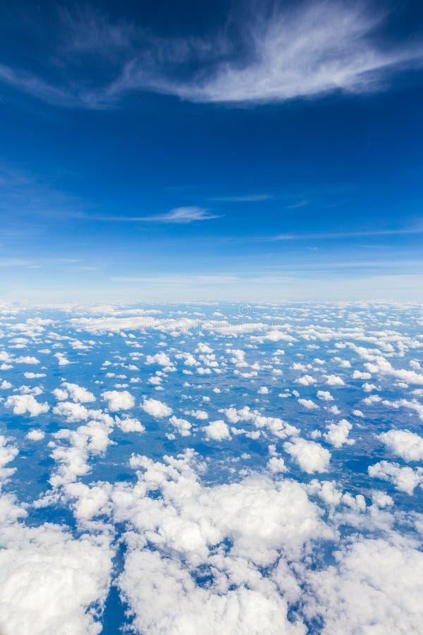 Вид с воздуха пасмурной предпосылки голубого неба стоковое фото rf