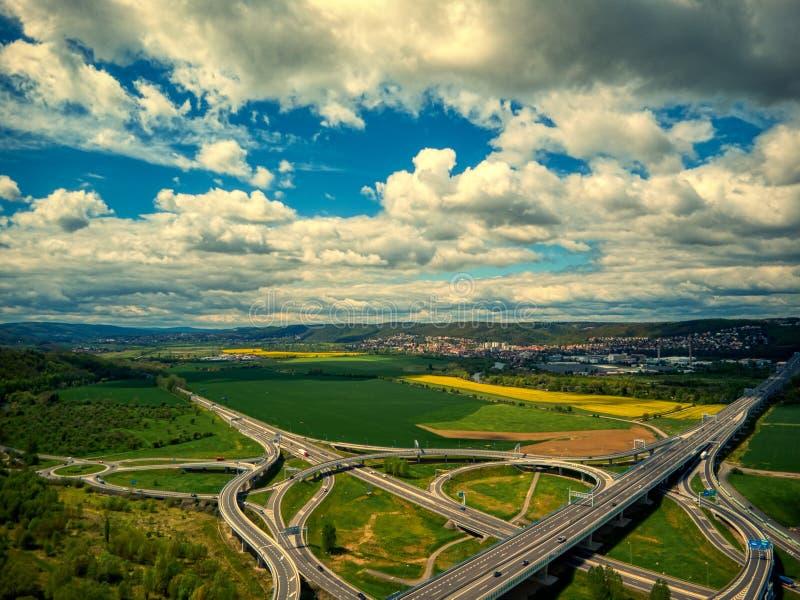 Вид с воздуха перекрестков под облаками около лета zbraslav стоковые изображения rf