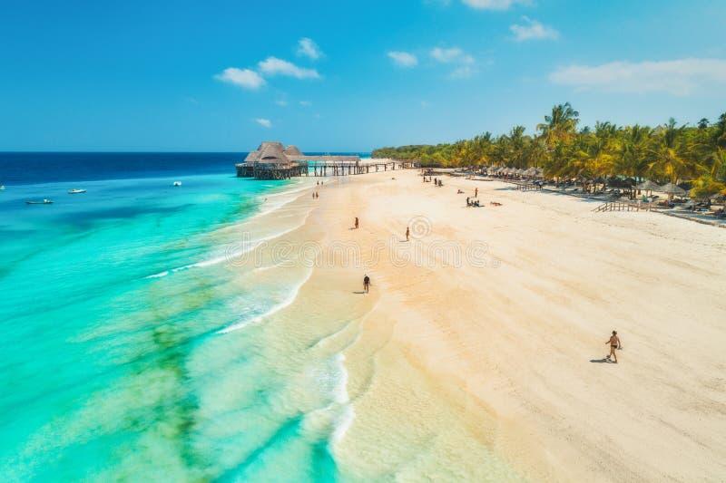 Вид с воздуха песчаного пляжа Индийского океана на заходе солнца стоковая фотография rf