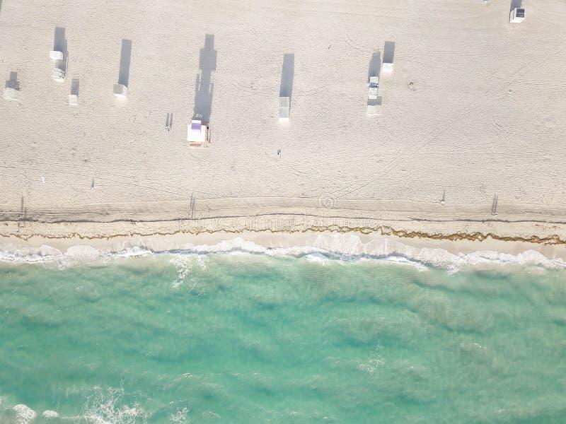 Вид с воздуха песчаного пляжа Miami Beach стоковые фотографии rf