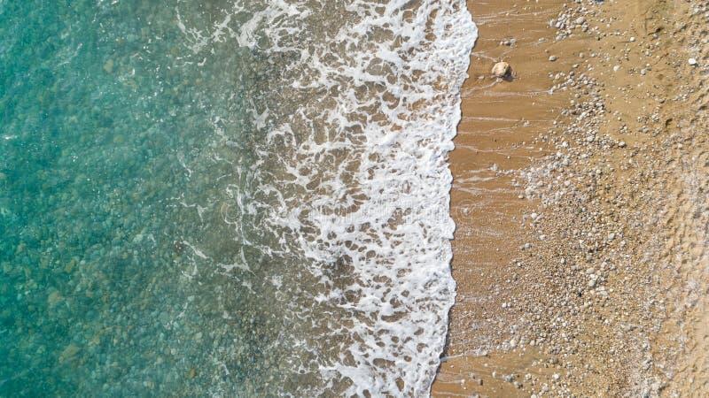 Вид с воздуха пляжа с океанскими волнами достигая берег Красивая вода бирюзы стоковые фотографии rf