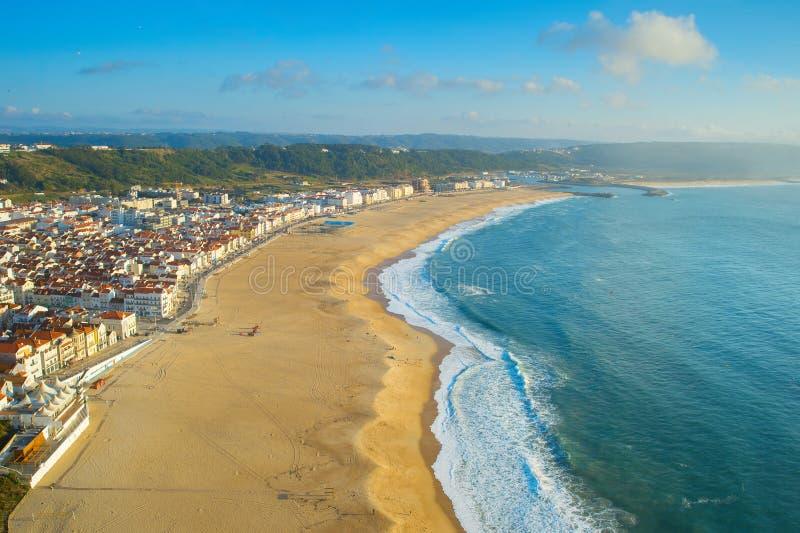 Вид с воздуха пляжа Nazare и захода солнца города Португалия стоковые фотографии rf