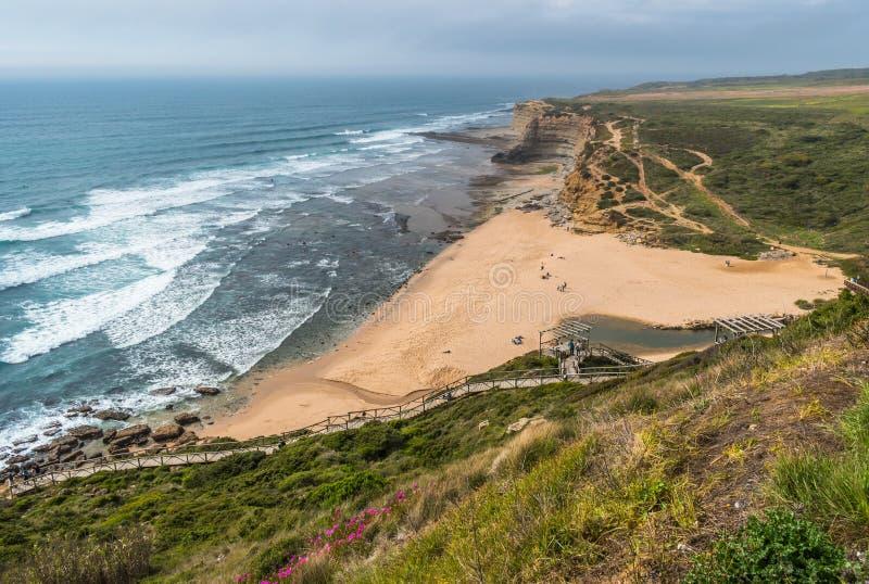 """Вид с воздуха пляжа Ribeira d """"Ilhas, запаса прибоя мира Ericeira - Mafra, Португалии стоковая фотография"""