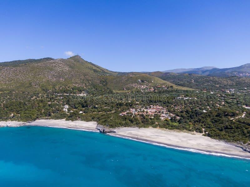 Вид с воздуха пляжей Capogrosso около Марины di Camerota, Италии стоковые изображения rf
