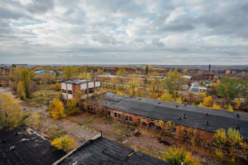 Вид с воздуха покинутой зоны промышленного парка сверху, бетонных зданий, индустрии и аграрного района стоковое фото rf