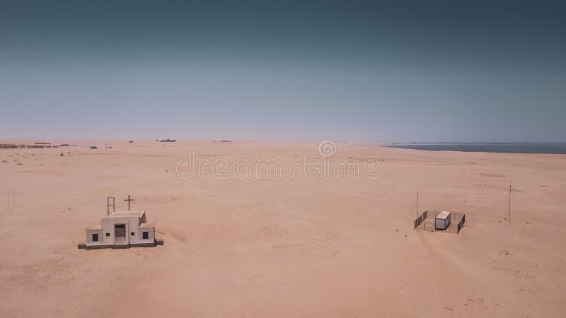 Вид с воздуха покинутой церков в пустыне Namibe anisette стоковое изображение