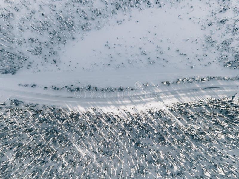 Вид с воздуха покрытых снегом леса и дороги зимы Красивый сельский ландшафт в Финляндии стоковое фото rf