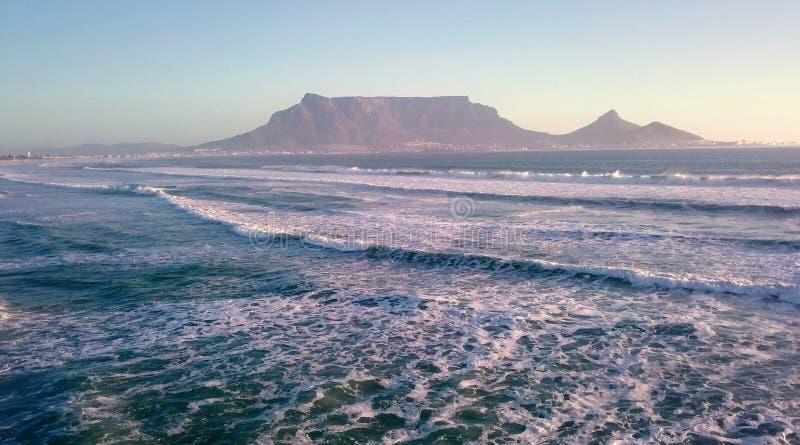Вид с воздуха поперек к заходу солнца над горой таблицы, Кейптауном, Южной Африкой стоковое фото rf