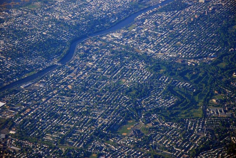 Вид с воздуха построенного вне пригородного городка стоковая фотография