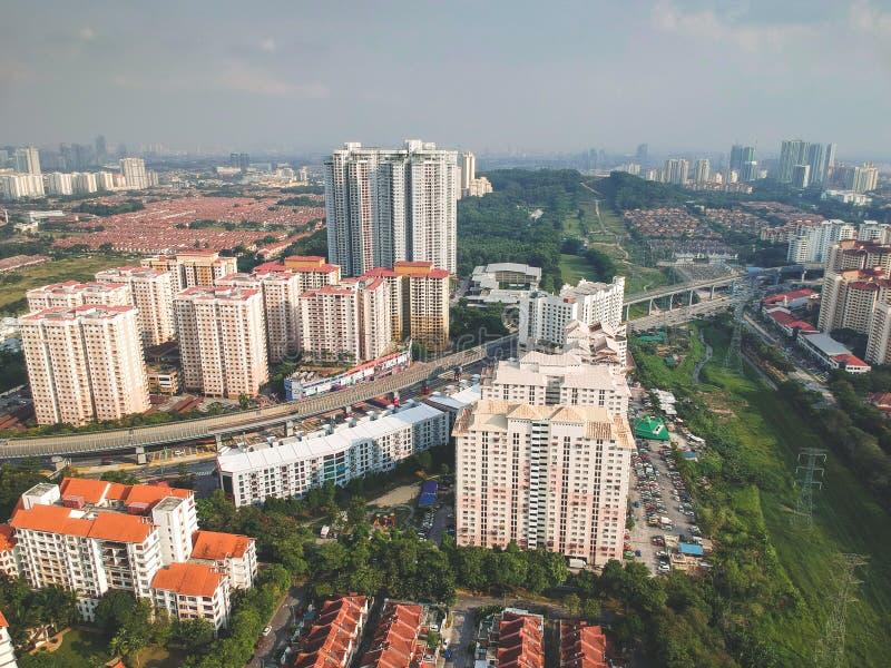 Вид с воздуха посёлка Bandar Utama жилого расположенного в пределах subdivisi Damansara стоковые фотографии rf