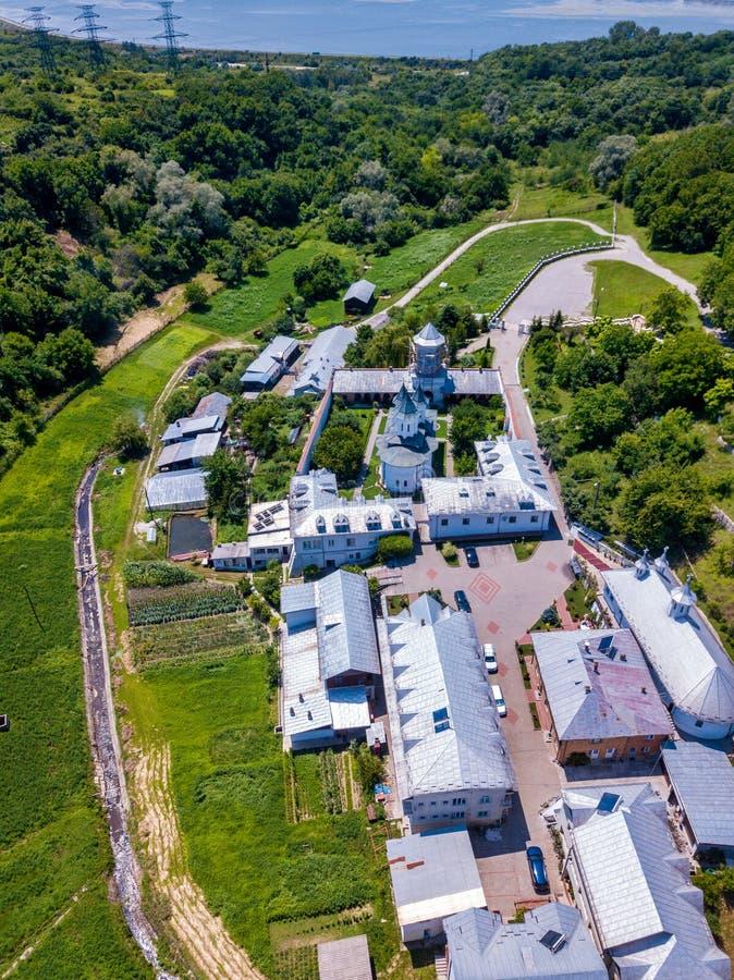 Вид с воздуха правоверного христианского монастыря в городе Slatina, Румынии стоковая фотография