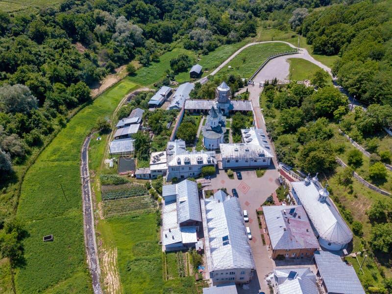 Вид с воздуха правоверного христианского монастыря в городе Slatina, Румынии стоковая фотография rf
