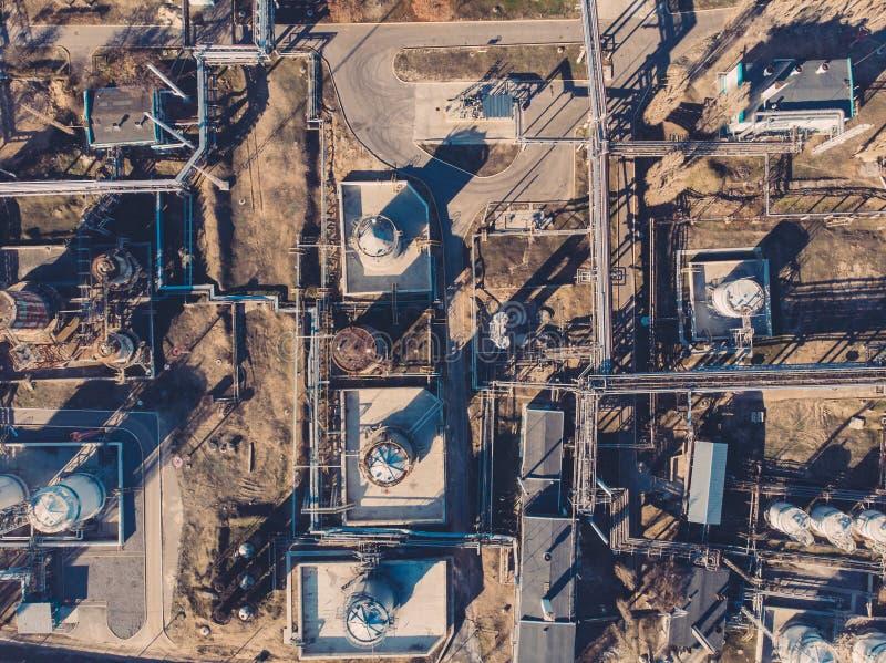 Вид с воздуха промышленных зданий фабрики или завода со стальными танками конструкции хранения и трубами, концепцией нефтеперераб стоковое фото rf