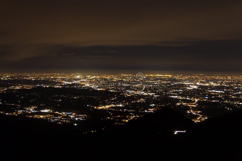 Вид с воздуха равнины загоренной электрическим светом стоковые изображения