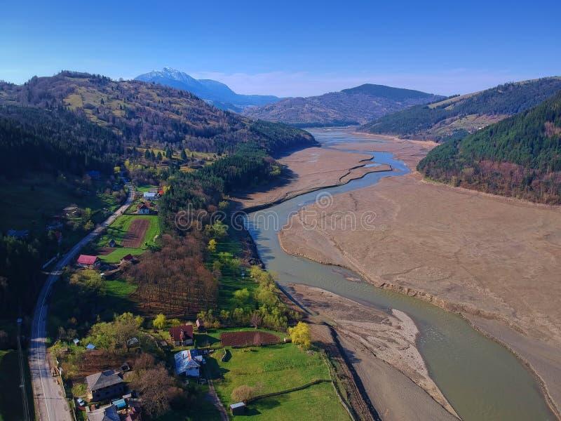 Вид с воздуха реки и Ceahlau Bistrita стоковое фото