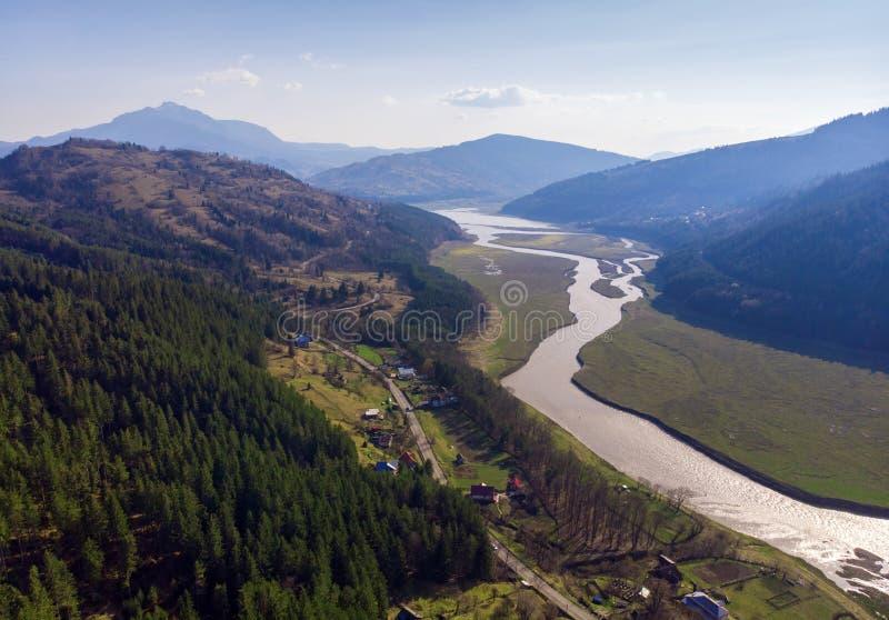 Вид с воздуха реки Bistrita и горы Ceahlau стоковое изображение rf