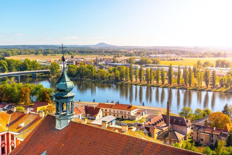 Вид с воздуха реки Litomerice и Labe от колокольни собора на солнечный летний день, чехия стоковая фотография