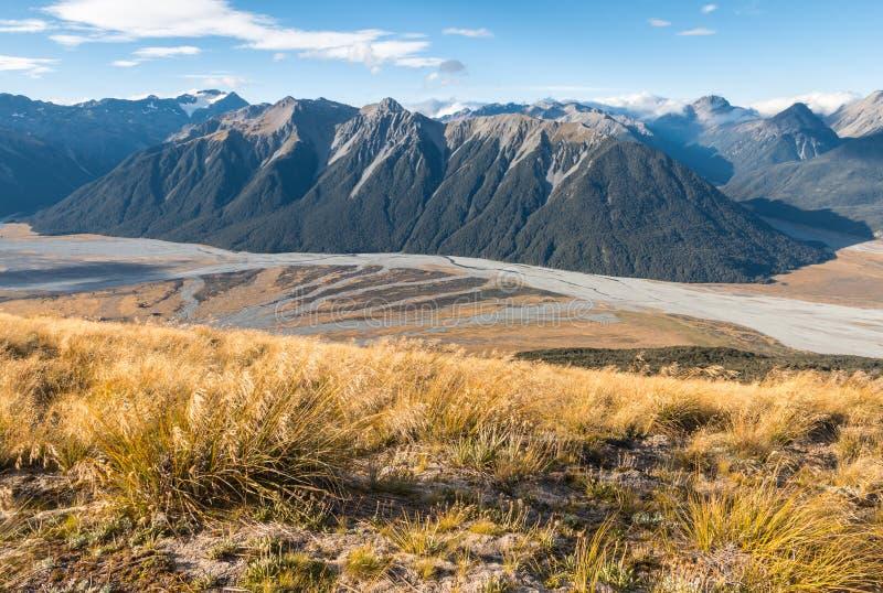 Вид с воздуха реки Waimakariri и горные цепи в национальном парке пропуска Артур, Новой Зеландии стоковые фотографии rf