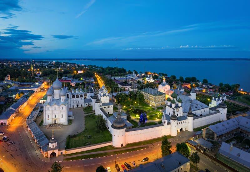 Вид с воздуха Ростов Кремля на сумраке, России стоковая фотография rf