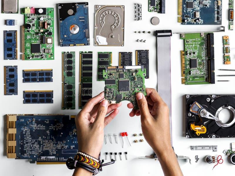 Вид с воздуха рук с электроникой компьютера разделяет на белой предпосылке стоковая фотография rf