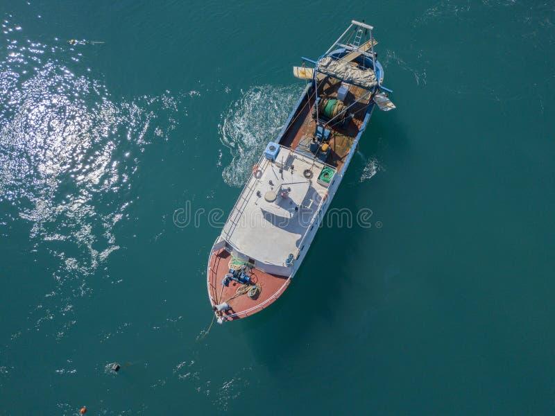 Вид с воздуха рыбацкой лодки причаливая набережной, ждать для того чтобы причалить стоковое фото rf