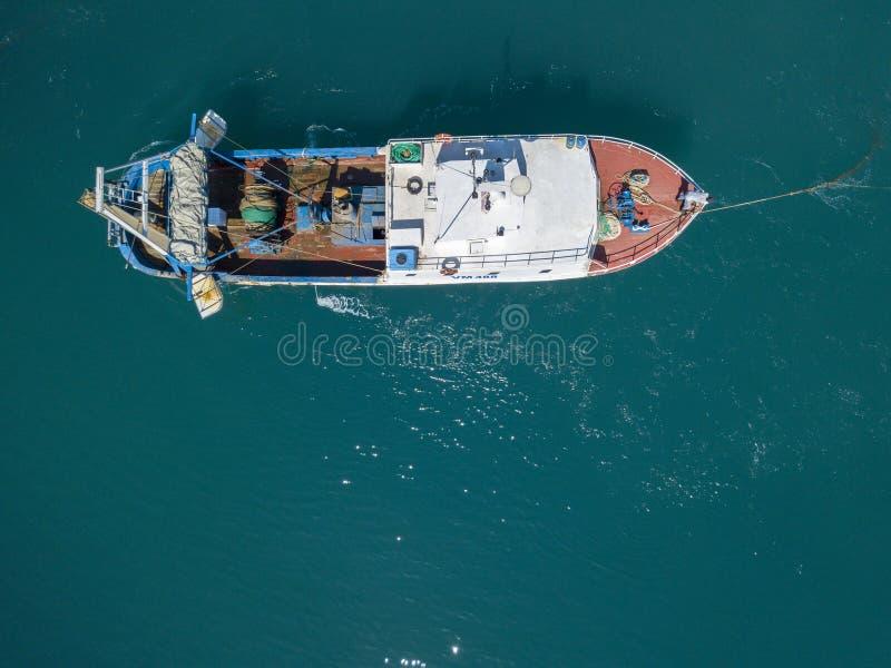 Вид с воздуха рыбацкой лодки причаливая набережной, ждать для того чтобы причалить стоковая фотография