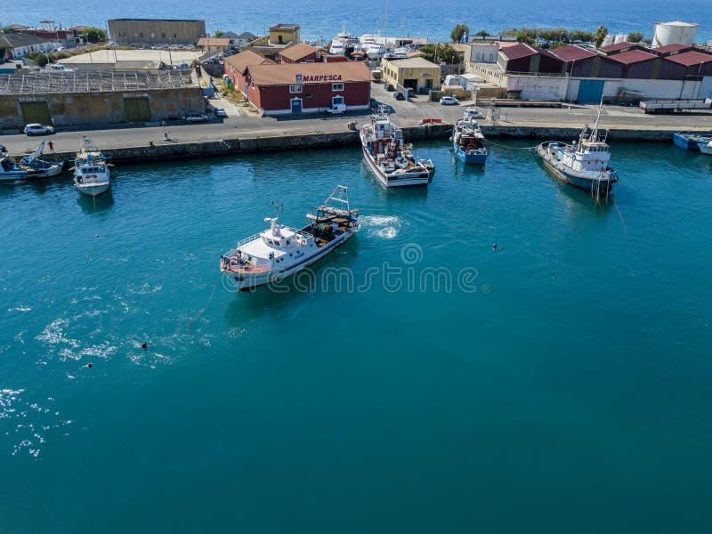 Вид с воздуха рыбацкой лодки причаливая набережной, ждать для того чтобы причалить стоковые изображения